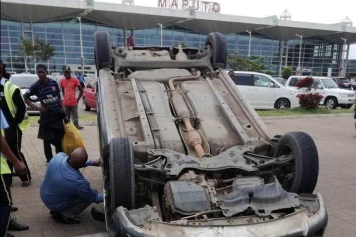 Viatura capota no parque do Aeroporto Internacional de Maputo