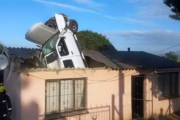 Carro despista-se e para no telhado de uma casa em Durban