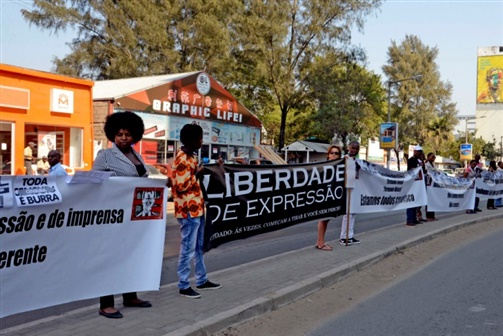 Dezenas de pessoas opõem-se ao julgamento de Castel-Branco e jornalistas