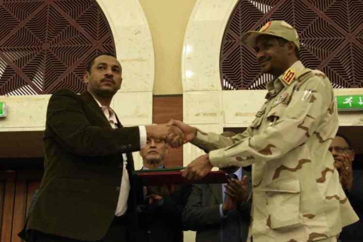 Sudão: Militares e manifestantes assinam documento para a partilha de poder