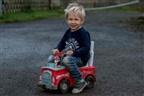Menino de 3 anos foi pedir ajuda com camião de brincar após pai desmaiar