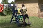 Covid-19: Menino de 9 anos cria máquina para lavar as mãos