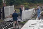 Casal de noivos repreendido após sessão fotográfica em passagem de nível
